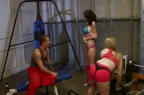 Красивые спортивные девочки заводят парня в зале на секс 1