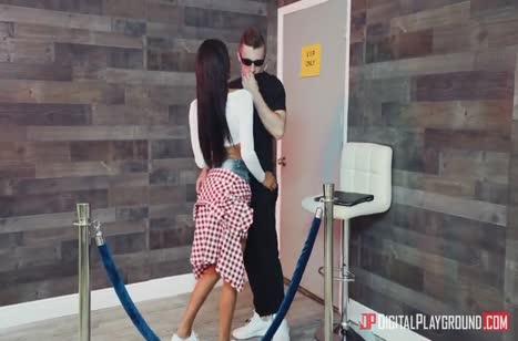 Молодая сучка перепихнулась с охранником в клубе 1