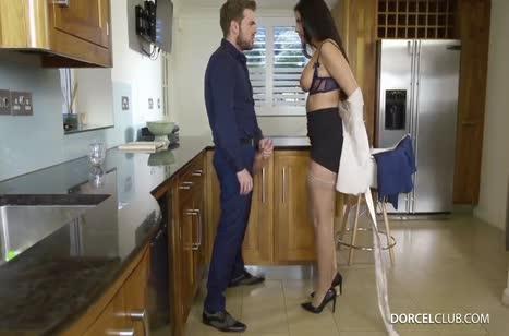 Прыткий сосет полирует дупло хозяйки прямо на кухне 2