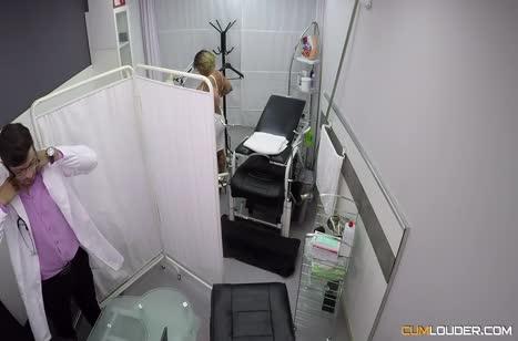 Фигуристая Джина Снейк решилась на перепихон с врачом 2