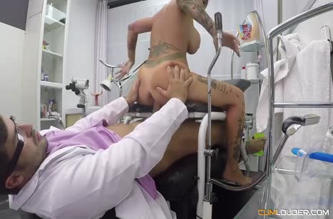Фигуристая Джина Снейк решилась на перепихон с врачом 6