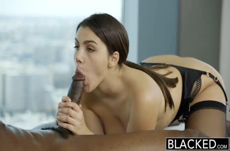 Valentina Nappi в секс наряде приласкала негра на трах 4