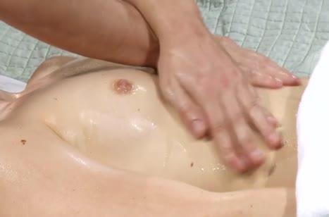 Красивую молодую девушку жестко прет массажист 3