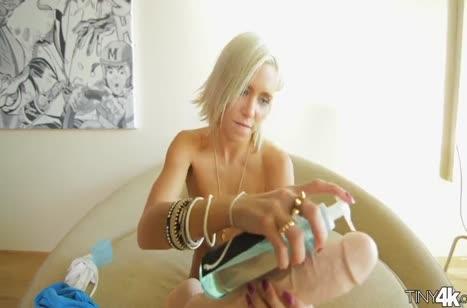 Молодая блондиночка корчится от крепкого стояка в писе 1