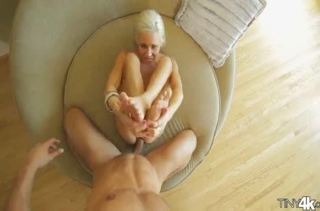 Молодая блондиночка корчится от крепкого стояка в писе 6