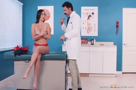 Стеснительная брюнетка согласилась потрахаться с доктором 1