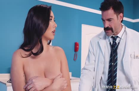 Стеснительная брюнетка согласилась потрахаться с доктором 2