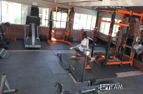Эмили Уиллис попала на любительскую камеру в спортзале 3