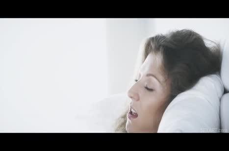 Развратная телочка сама зазывает мужика в кроватку 1
