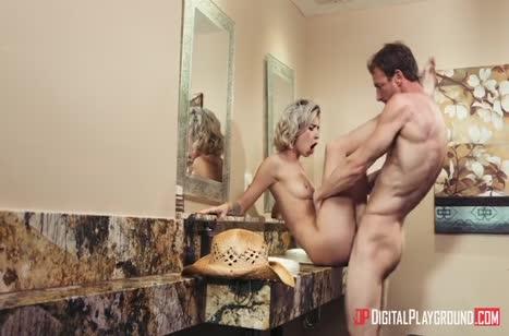 Чувак пялит молодую блондинку на столике в ванной 5