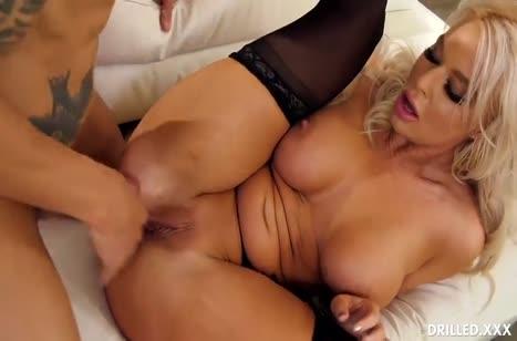 Женушка в чулках офигевает от страстного анального секса 2